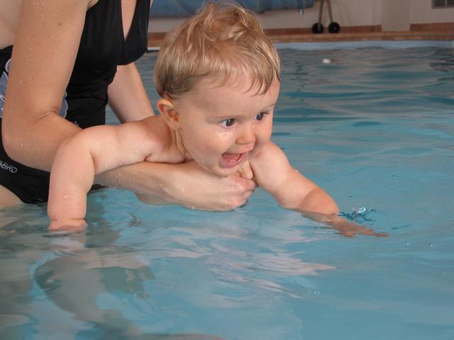 miminko v bazénu